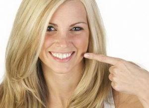 Фото девушки с прозрачной ортодонтической системой