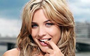 Девушка с выравненными зубами без использования брекетов