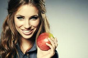 Девушка с яблоком и красивой улыбкой вылечила прикус