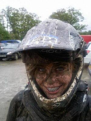 Девушка в грязи с брекет-системой