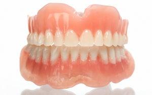 Пластмассовые зубные протезы: недорогие и доступные