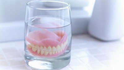Зубные пластмассовые протезы в стакане