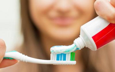 Почему нужно щеткой чистить зубы?